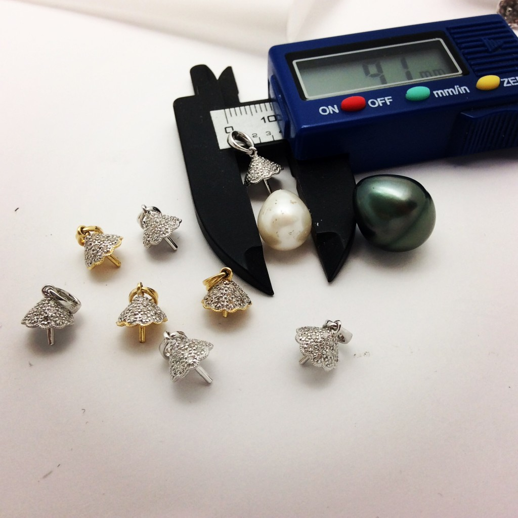 Measuring pearls and ciamond caps with an electronic caliper